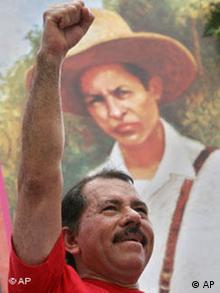 Nicaguas Präsident Daniel Ortega vor Bild von Augusto Cesar Sandino
