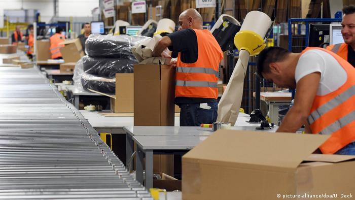 Amazon Logistikzentrum Pforzheim (picture-alliance/dpa/U. Deck)