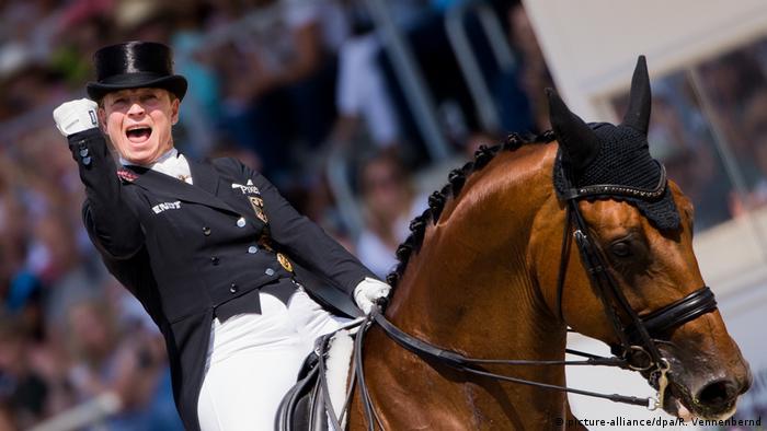 Isabell Werth mit geballter Siegerfaust (picture-alliance/dpa/R. Vennenbernd)
