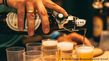 Beer being poured (Moritz-Fiege-Brauerei/Dominik Scharf)