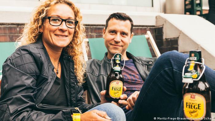 Мужчина и женщина пьют бутылочное пиво