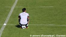 ARCHIV - 25.05.2018, Italien, Eppan: Mesut Özil sitzt beim Training auf dem Trainingsgelände am Sportzentrum Rungg auf einem Ball. (zu dpa «Sündenbock Özil» und der Fall Deutschland am 10.07.2018) Foto: Christian Charisius/dpa +++ dpa-Bildfunk +++ | Verwendung weltweit