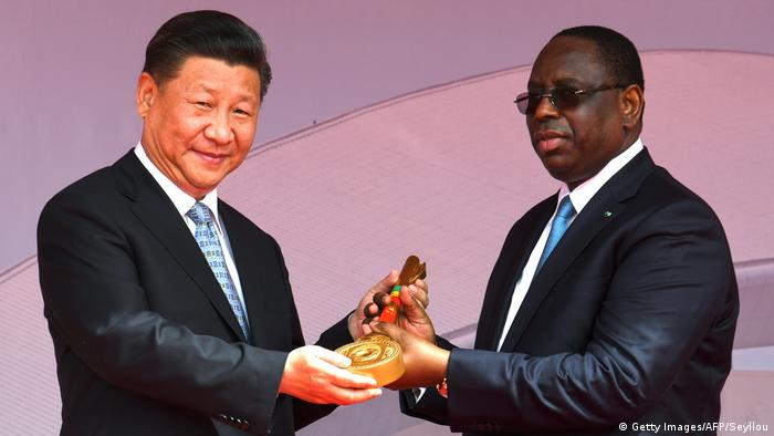 Senegal's President Macky Sall presenting a ceremonial key to his Chinese counterpart Xi Jinping (Getty Images/AFP/Seyllou)
