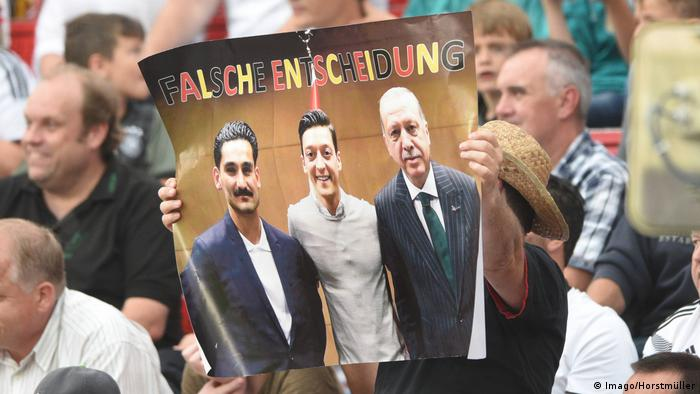 Protest in Germany against photo of Gündogan and Özil taking a photo with Erdogan (Imago/Horstmüller)