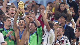 WM 2014 Mesut Özil mit Pokal