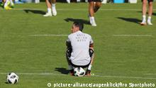 Mesut Özil im Trainingslager (picture-alliance/augenklick/firo Sportphoto)