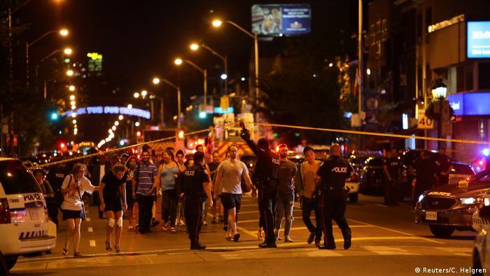 Auf Anweisung der Polizei verlassen Passanten den Tatort in Torontos Stadtteil Greektown (Foto: Reuters/C. Helgren)