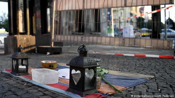 A makeshift memorial at the Schöneweide station in Berlin for two men who sustained burns after being set on fire (picture-alliance/dpa/B. Pedersen)