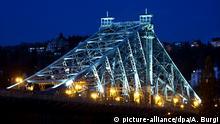 Hell leuchtet am Freitag (25.11.2011) in Dresden die Loschwitzer Brücke, besser bekannt unter dem Namen Blaues Wunder. 60 LED-Strahler machen die Konturen der Brücke sichtbar. Im Sommer wird das Licht 1 Uhr ausgeschaltet, im Winter ist die Brücke bis 23 Uhr beleuchtet. Für die Installation gab die Stadt 130 000 Euro inklusive Planung aus. Foto: Arno Burgi/lsn | Verwendung weltweit