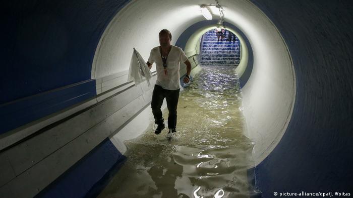 Pessoa em túnel alagado