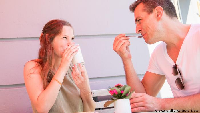 Paar amüsiert sich im Cafe