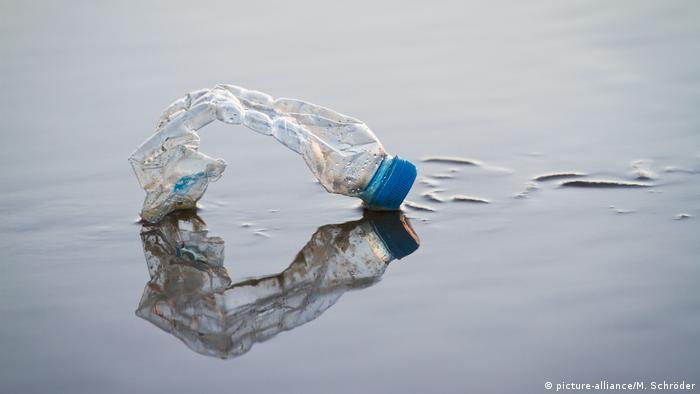 Symbolbild: Plastikflasche am Strand (picture-alliance/M. Schröder)