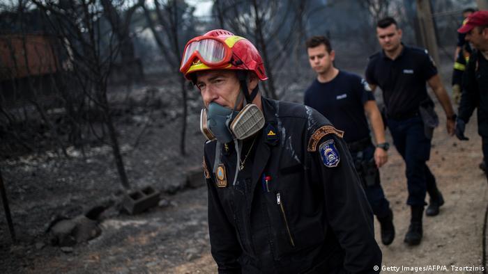 Griechenland Waldbrände | Rettungskräfte (Getty Images/AFP/A. Tzortzinis)