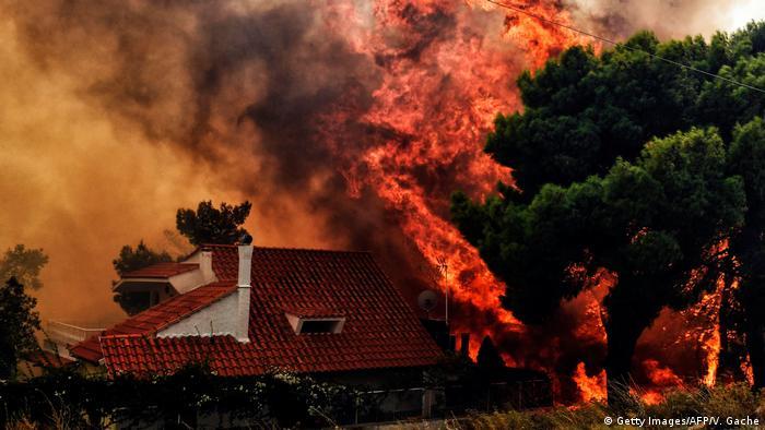 Vento forte fez com que fogo se alastrasse com rapidez nunca vista na região de Atenas
