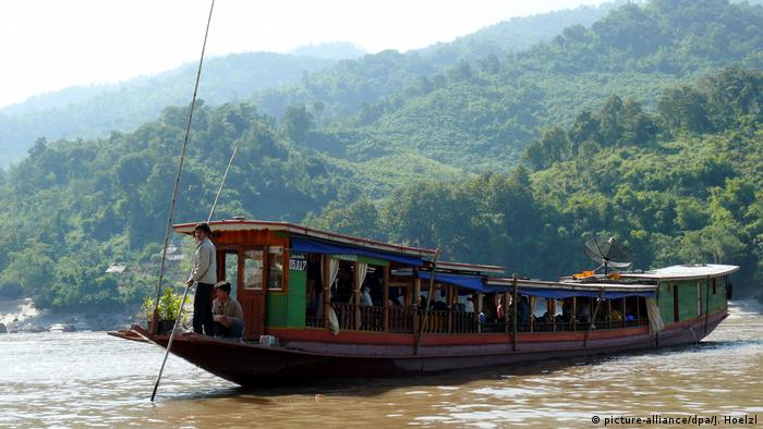 A slow boat on the Mekong River in Laos (picture-alliance/dpa/J. Hoelzl)