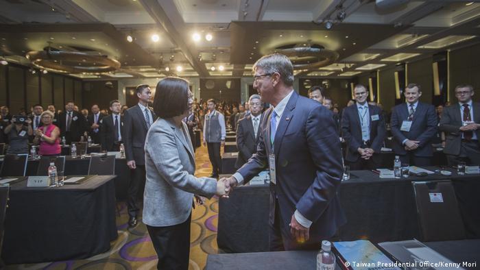 Taiwan Ashton Carter trifft Präsidentin Tsai Ing-wen (Taiwan Presidential Office/Kenny Mori)
