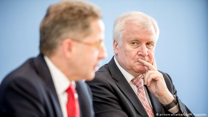 Hans-Georg Maassen (l.) i Horst Seehofer o nowych zagrożeniach