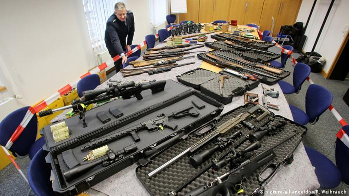 A cache of weapons confiscated from members of the Reichsbürger scene (picture-alliance/dpa/R. Weihrauch)