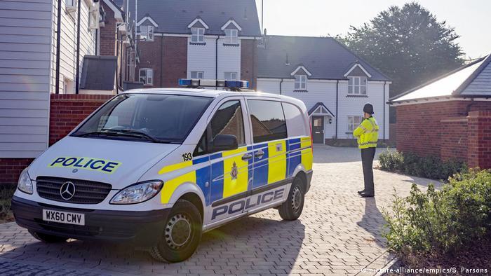 Автомобиль полиции у дома пострадавшего от Новичка британца