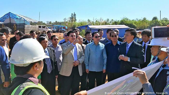 Prime Minister Thongloun Sisoulith visits a resettlement area for people displaced by a dam project (picture alliance/ASIAN NEWS NETWORK/V. Sipaseuth)