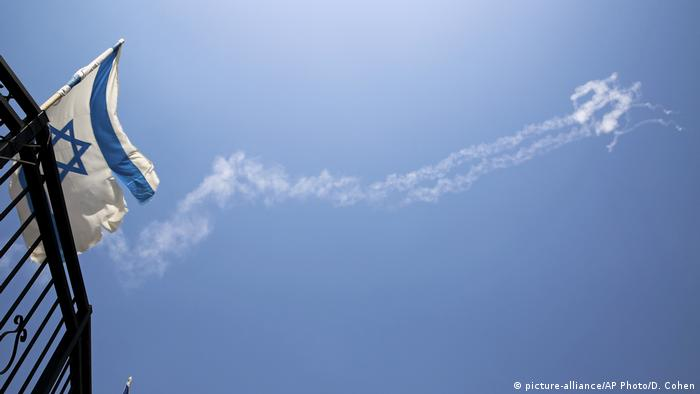 Israeli air defense shoot down a Syria jet along the border with the Golan Heights. (picture-alliance/AP Photo/D. Cohen)
