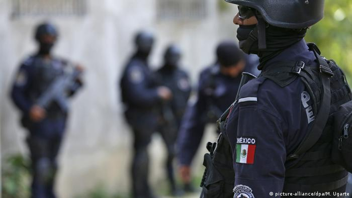 Symbolbild of Mexican police standing on patrol in the city of Acapulco.