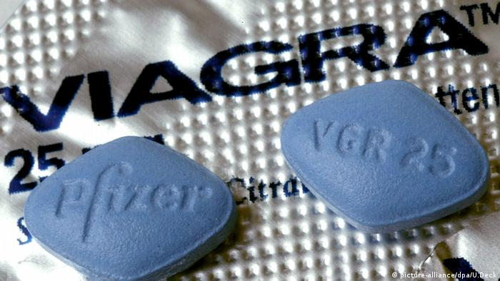 Viagra pills in a container (picture-alliance/dpa/U.Deck)