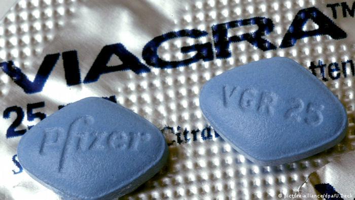 Zwei Tabletten Viagra liegen auf der Medikamentenverpackung