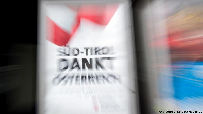 A photo of a poster where South Tyrol thanks Austria (picture-alliance/G.Hochmut)