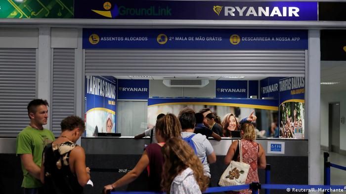 Portugal Passagiere am Ryanair Schalter