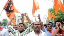 **NUR ZUR BERICHTERSTATTUNG DER SÜD-OST-ASIEN-REDAKTION!*** Mumbai: Maratha activists stage a demonstration seeking suitable reservations in government jobs and education amid Maharashtra shutdown, in Mumbai on July 25, 2018. Large groups of Maratha activists armed with saffron flags and banners, took to the streets with noisy processions amidst tight police security in Mumbai and other districts. Today is the second phase of the state-wide shutdown call by the Maratha Kranti Morcha. The first phase was held spontaneously on Tuesday in most districts of northern, western and Marathwada regions of Maharashtra. (Photo: IANS)