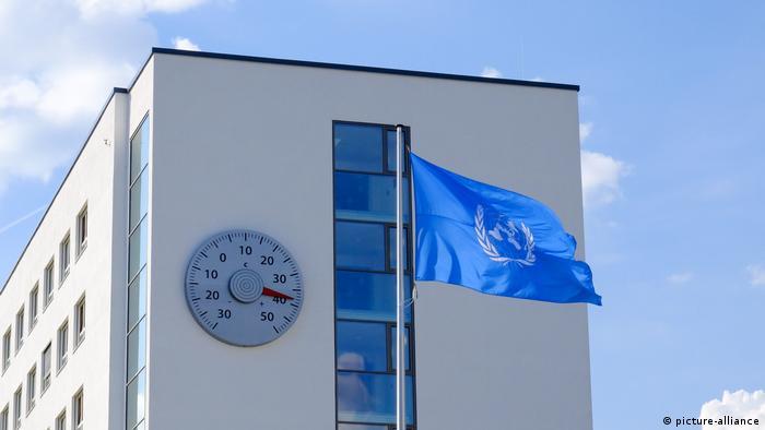 Ein Thermometer am Gebäude der UN in Bonn zeigt 38 Grad Celsius im Schatten an