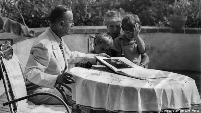 Thomas und Katia Mann mit ihren Enkelsöhnen, dem 5-jährigen Frido und dem 3-jährigen Toni beim Bilderbuchansehen in Pacific Palisades