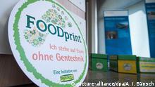 17.07.2018, Berlin: Auf einem kreisrunden Schild steht «FOODprint Ich stehe auf Essen ohne Gentechnik». Die Initiative «Foodprint» für gentechnikfreie Lebensmittel überreichte im Bundesumweltministerium 108.000 gesammelte Unterschriften. Foto: Arne Immanuel Bänsch/dpa | Verwendung weltweit