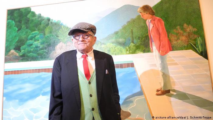 David Hockney con su obra Retrato de un artista