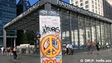 25.07.2018+++Berlin, Deutschland+++ Die von US-Milliardär George Soros gegründete Open Society Stiftung zieht zum 1. September aus Budapest nach jahrelangem Druck auf ihre Arbeit durch die Regierung Orbán an den Potsdamer Platz in Berlin. Berliner Mauer Teile und Bahnhofseingang Potsdamer Platz.