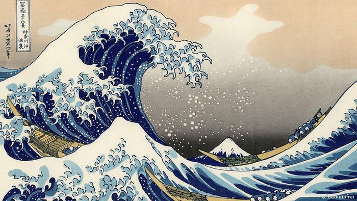 Painting of a giant wave crashing over three tiny boats Gemeinfrei, Katsushika Hokusai)