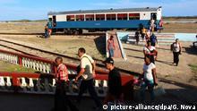 Kuba, Caimanera: Mehrere Menschen steigen aus einem Zug in der kubanischen Kleinstadt