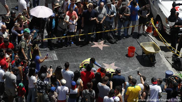 Reparatur des Walk-of-Fame-Sterns von Donald Trump (picture-alliance/AP Photo/J.C. Hong)