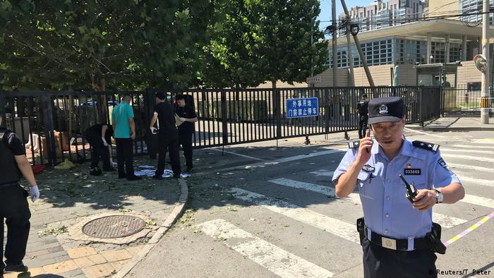 China Peking Polizisten vor US Botschaft (Reuters/T. Peter)