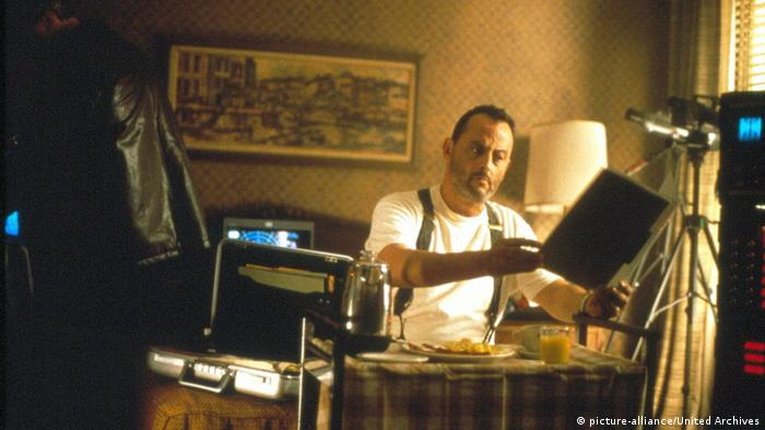 Still from Godzilla with Jean Reno (picture-alliance/United Archives)