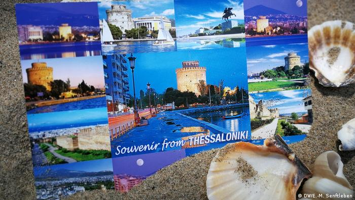 Souvenir from Thessaloniki is printed on the postcard. Students take more than that back with them. They have new ideas, interesting questions and have met colleagues from all over the world. And there might be some sand in their suitcases... (DW/E.-M. Senftleben)