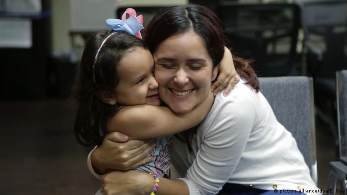Natalia Oliveira da Silva y su hija Sara, de cinco años, se abrazan al reencontrarse en una institución católica de beneficencia en San Antonio, Texas.