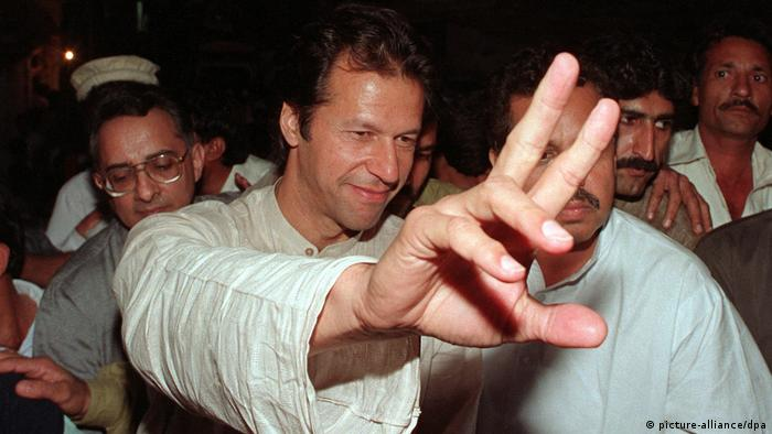 Ex-cricket star Imran Khan fights before 1997 election (picture-alliance / dpa)
