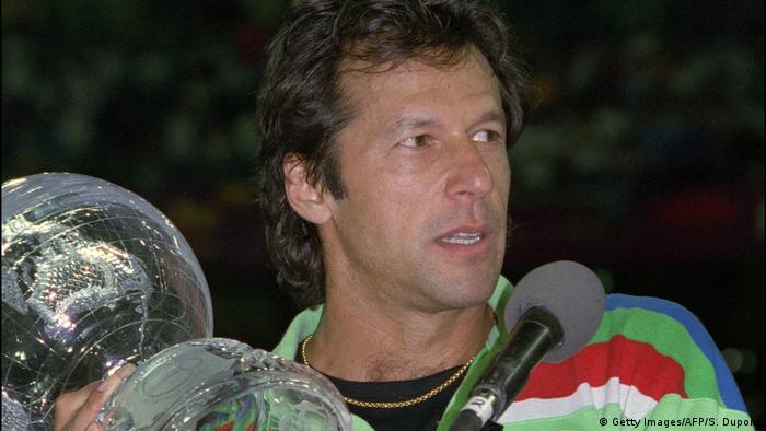 Imran Khan raises 1992 Cricket World Cup (Getty Images / AFP / S. Dupont)