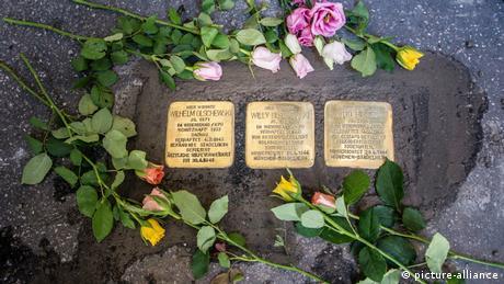 Stolpersteine with flowers (picture-alliance)