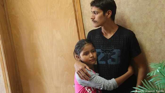 Un hombre, identificado tan solo con el nombre de León, abraza a su hija Anaveli, de 11 años, después de ser reunidos el pasado 25 de julio.