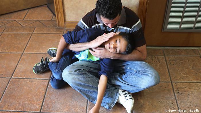 Su nombre es Renán y parece velar el sueño de su hijo Nathan, de 11 años, tras su reencuentro.