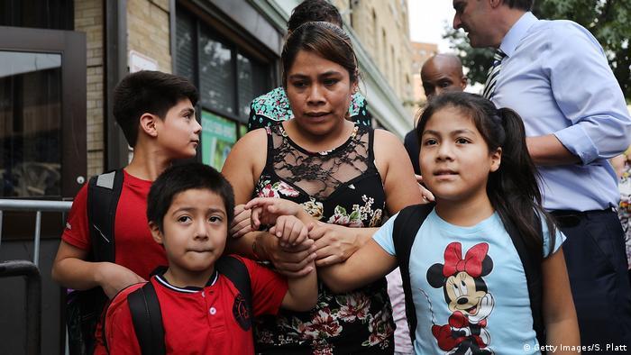 Yeni Maricela González (centro de la imagen) funde las manos de sus pequeños: Deyuin (de 6 años), Jamelin (de 9) y Lester (de 11).
