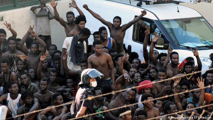 Spanien Hunderte Flüchtlinge stürmen in spanische Nordafrika-Enklave (imago/Agencia EFE/Reduan)